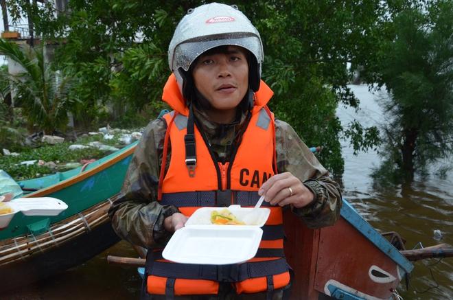Miếng cơm ăn vội dưới mưa trên đường đưa đồ tiếp tế cho dân bị lũ cô lập ở Quảng Bình - Ảnh 12.