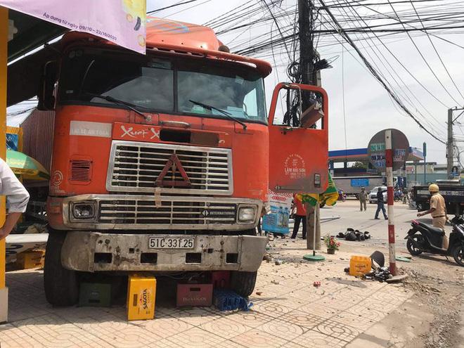 Xe container tông ki ốt, trụ đèn và nghiền nát xe máy dưới gầm - Ảnh 1.