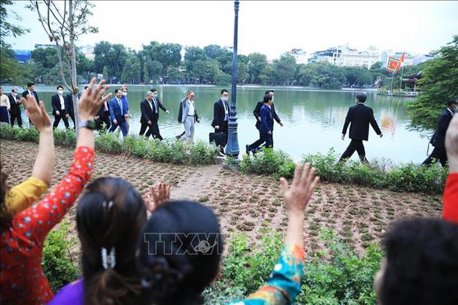 Thủ tướng Nhật Bản Suga Yoshihide đi dạo Hồ Gươm, vẫy tay chào người dân Hà Nội - Ảnh 1.