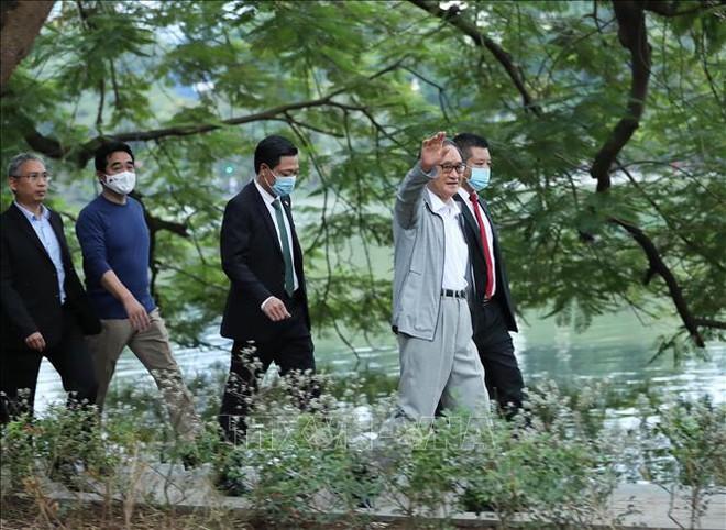 Thủ tướng Nhật Bản Suga Yoshihide đi dạo Hồ Gươm, vẫy tay chào người dân Hà Nội - Ảnh 2.