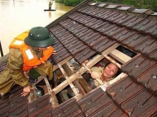 Những hình ảnh thắt ruột trong trận đại hồng thủy ở Quảng Bình - Ảnh 1.