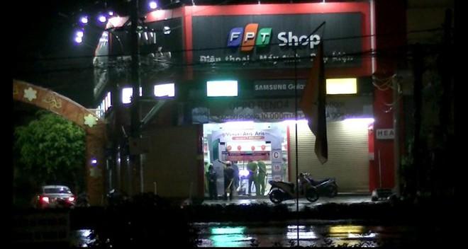 Nam thanh niên dỡ mái đột nhập vào cửa hàng trộm nhiều điện thoại - Ảnh 1.