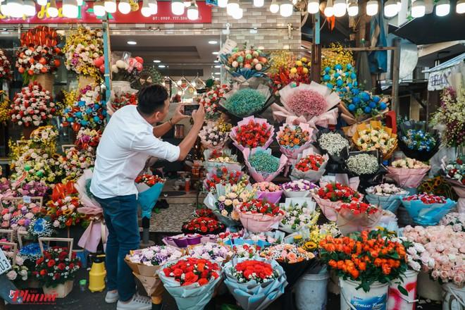 Chợ hoa sỉ lớn nhất Sài Gòn nhộn nhịp khách mua lẻ - Ảnh 1.