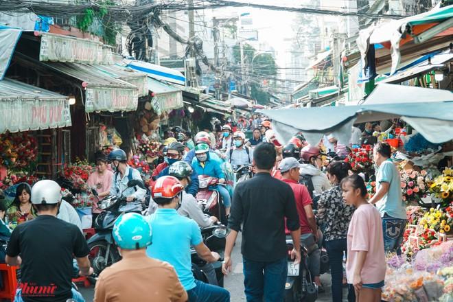 Chợ hoa sỉ lớn nhất Sài Gòn nhộn nhịp khách mua lẻ - Ảnh 2.