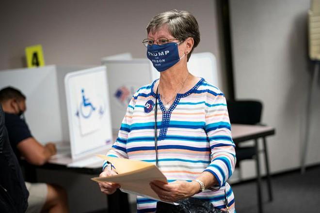 Mỹ: Gần 28 triệu cử tri đã bỏ phiếu sớm vì sợ COVID-19 - Ảnh 2.