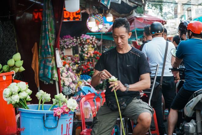 Chợ hoa sỉ lớn nhất Sài Gòn nhộn nhịp khách mua lẻ - Ảnh 11.