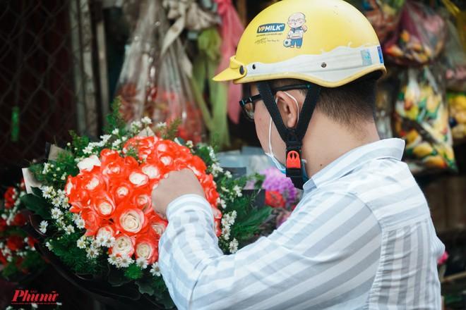 Chợ hoa sỉ lớn nhất Sài Gòn nhộn nhịp khách mua lẻ - Ảnh 12.
