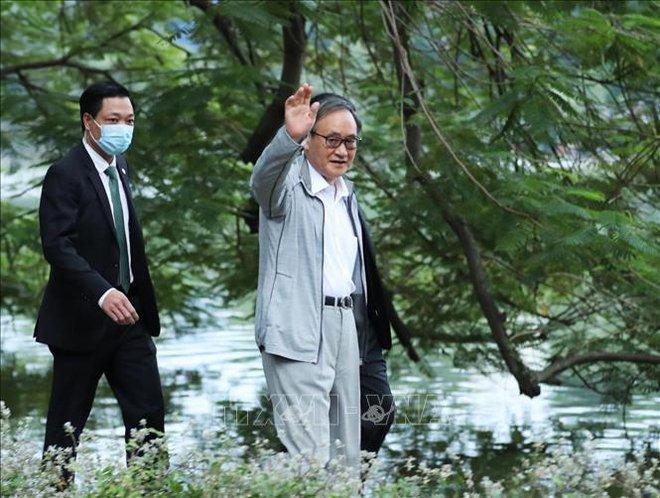 Thủ tướng Nhật Bản Suga Yoshihide đi dạo Hồ Gươm, vẫy tay chào người dân Hà Nội - Ảnh 3.