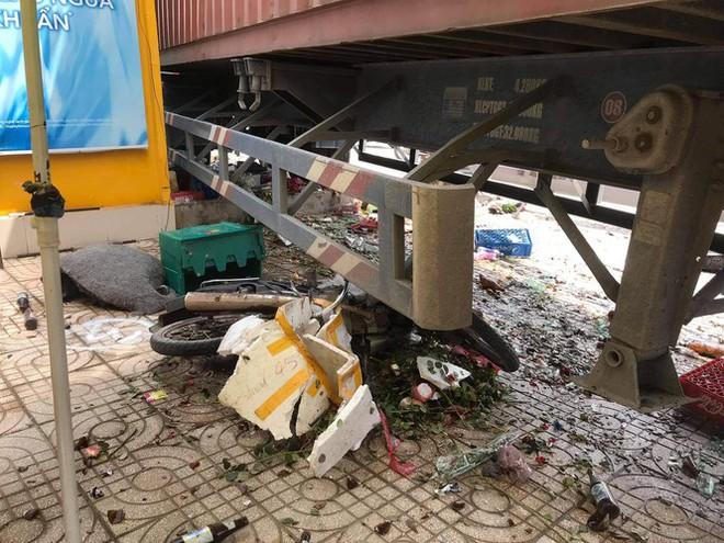 Xe container tông ki ốt, trụ đèn và nghiền nát xe máy dưới gầm - Ảnh 3.