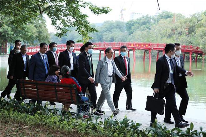 Thủ tướng Nhật Bản Suga Yoshihide đi dạo Hồ Gươm, vẫy tay chào người dân Hà Nội - Ảnh 4.