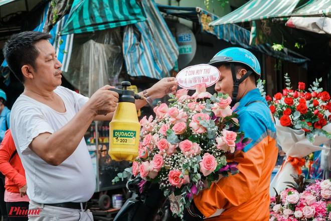Chợ hoa sỉ lớn nhất Sài Gòn nhộn nhịp khách mua lẻ - Ảnh 4.