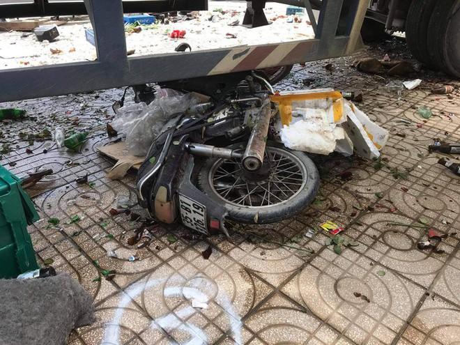 Xe container tông ki ốt, trụ đèn và nghiền nát xe máy dưới gầm - Ảnh 4.