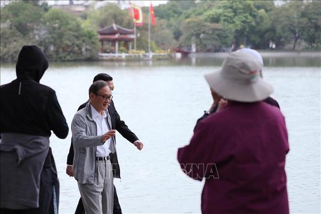 Thủ tướng Nhật Bản Suga Yoshihide đi dạo Hồ Gươm, vẫy tay chào người dân Hà Nội - Ảnh 5.