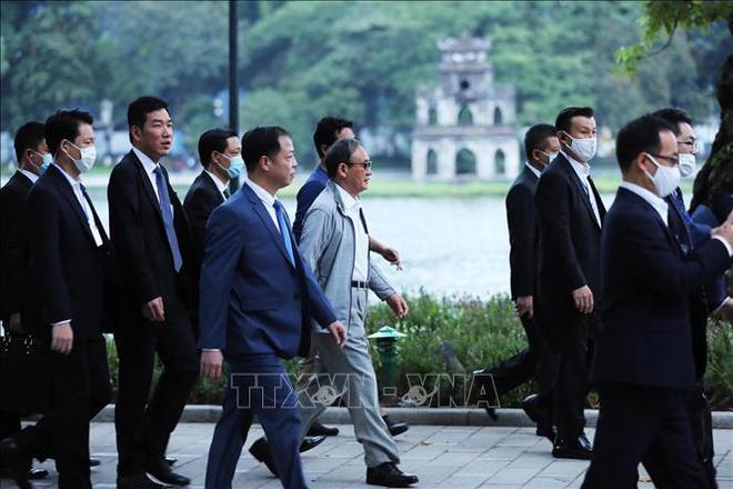 Thủ tướng Nhật Bản Suga Yoshihide đi dạo Hồ Gươm, vẫy tay chào người dân Hà Nội - Ảnh 6.