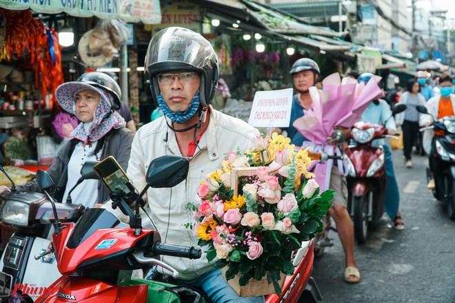 Chợ hoa sỉ lớn nhất Sài Gòn nhộn nhịp khách mua lẻ - Ảnh 6.