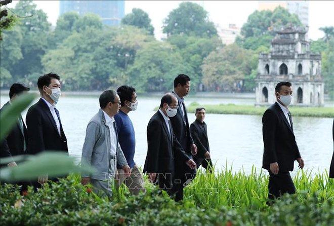 Thủ tướng Nhật Bản Suga Yoshihide đi dạo Hồ Gươm, vẫy tay chào người dân Hà Nội - Ảnh 7.