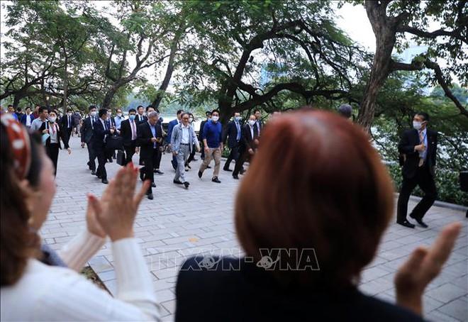 Thủ tướng Nhật Bản Suga Yoshihide đi dạo Hồ Gươm, vẫy tay chào người dân Hà Nội - Ảnh 8.