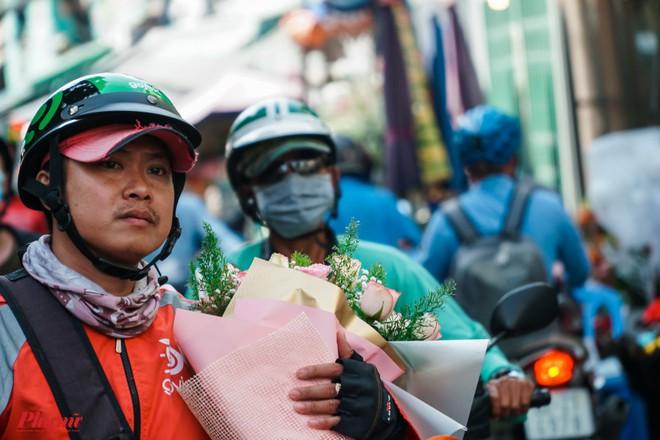 Chợ hoa sỉ lớn nhất Sài Gòn nhộn nhịp khách mua lẻ - Ảnh 8.
