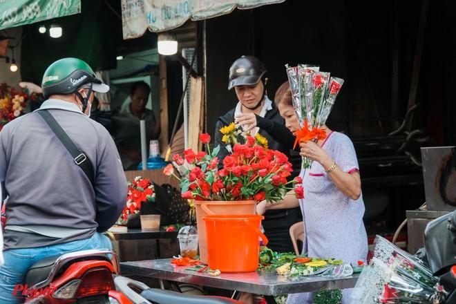 Chợ hoa sỉ lớn nhất Sài Gòn nhộn nhịp khách mua lẻ - Ảnh 9.