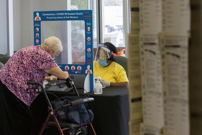 Mỹ: Gần 28 triệu cử tri đã bỏ phiếu sớm vì sợ COVID-19 - Ảnh 8.