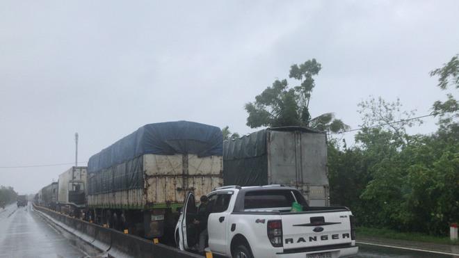 Quốc lộ 1A qua Hà Tĩnh ngập sâu, hàng trăm chiếc xe chôn chân tại chỗ - Ảnh 6.