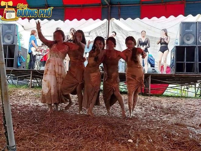 Hội chị em quẩy tung bùn trong đám cưới, nhìn chiếc váy cô dâu, dân mạng than chắc nhà trai phát sợ - Ảnh 2.