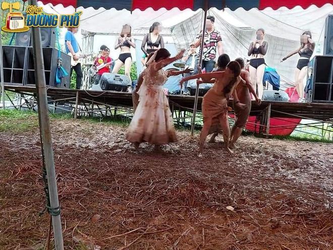 Hội chị em quẩy tung bùn trong đám cưới, nhìn chiếc váy cô dâu, dân mạng than chắc nhà trai phát sợ - Ảnh 1.