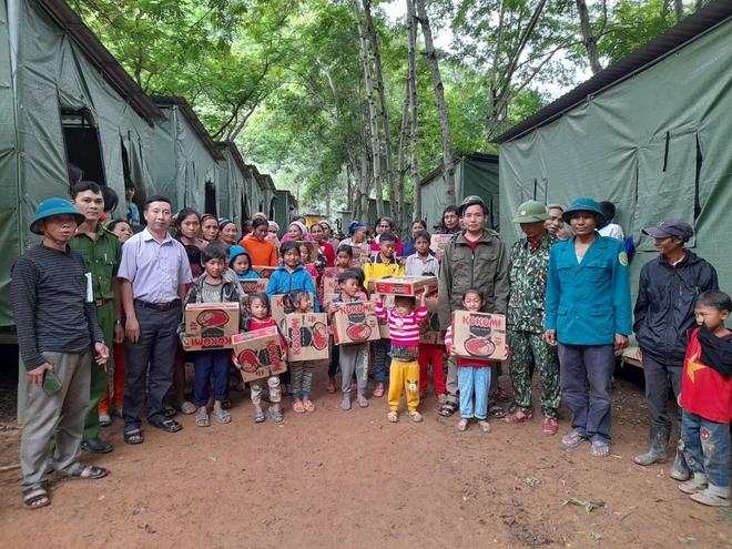 Nghệ An: Sợ sạt lở đất, hàng nghìn người được sơ tán đến lán trại khẩn cấp - Ảnh 3.