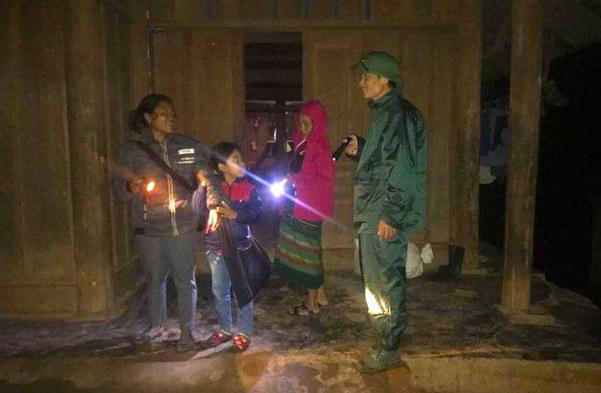 Nghệ An: Sợ sạt lở đất, hàng nghìn người được sơ tán đến lán trại khẩn cấp - Ảnh 7.