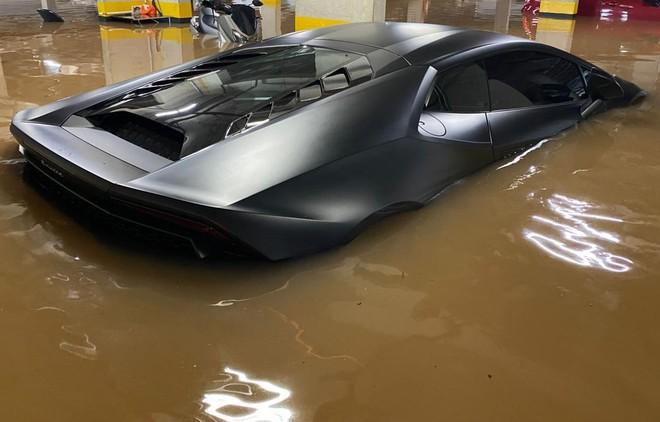 Buốt ruột Lamborghini 8 tỷ nhem nhuốc bùn đất, nước lũ tràn vào khoang lái - Ảnh 2.