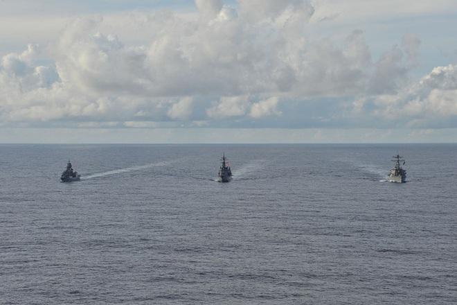 Mỹ, Nhật, Úc tập trận rầm rộ tại biển Đông - Ảnh 1.