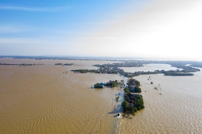 Rốn lũ Quảng Bình nhìn từ flycam: Nắng đã lên, nhiều tuyến đường đã thông, thuận lợi cho cứu trợ - Ảnh 4.