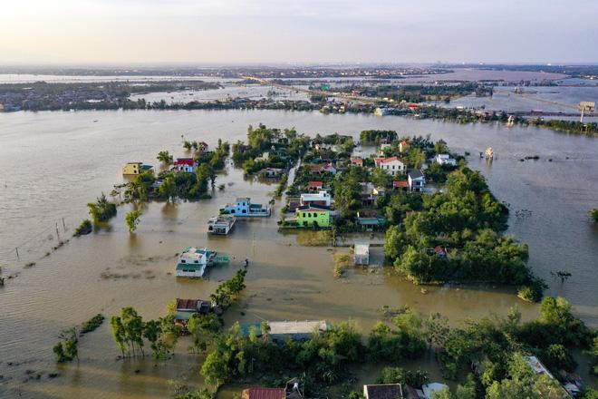 Rốn lũ Quảng Bình nhìn từ flycam: Nắng đã lên, nhiều tuyến đường đã thông, thuận lợi cho cứu trợ - Ảnh 1.