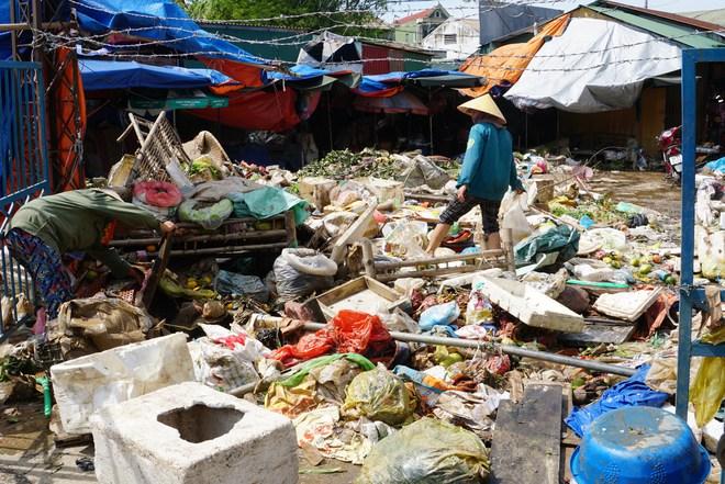Sau lũ, tiểu thương chợ Hà Tĩnh mếu máo bới hàng hóa trong lớp bùn đất dày đặc - Ảnh 3.