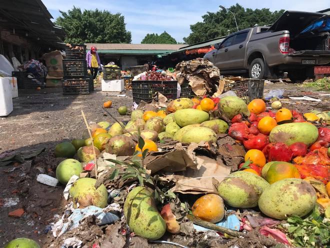 Sau lũ, tiểu thương chợ Hà Tĩnh mếu máo bới hàng hóa trong lớp bùn đất dày đặc - Ảnh 15.