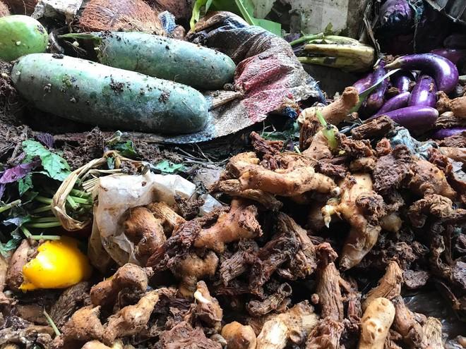 Sau lũ, tiểu thương chợ Hà Tĩnh mếu máo bới hàng hóa trong lớp bùn đất dày đặc - Ảnh 8.