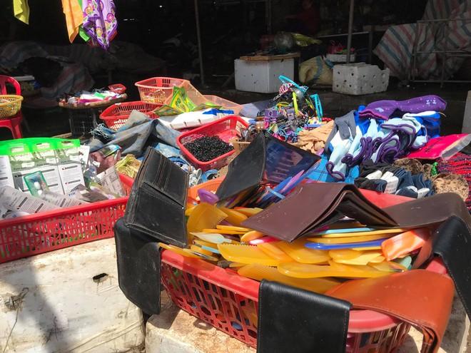Sau lũ, tiểu thương chợ Hà Tĩnh mếu máo bới hàng hóa trong lớp bùn đất dày đặc - Ảnh 10.