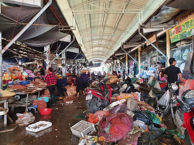 Sau lũ, tiểu thương chợ Hà Tĩnh mếu máo bới hàng hóa trong lớp bùn đất dày đặc - Ảnh 2.