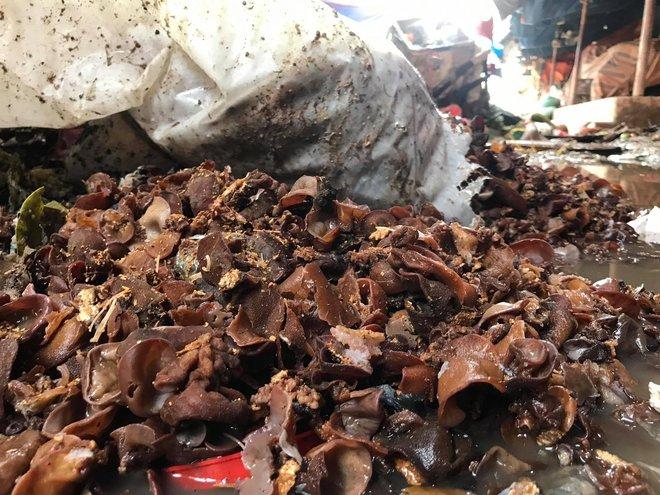 Sau lũ, tiểu thương chợ Hà Tĩnh mếu máo bới hàng hóa trong lớp bùn đất dày đặc - Ảnh 13.