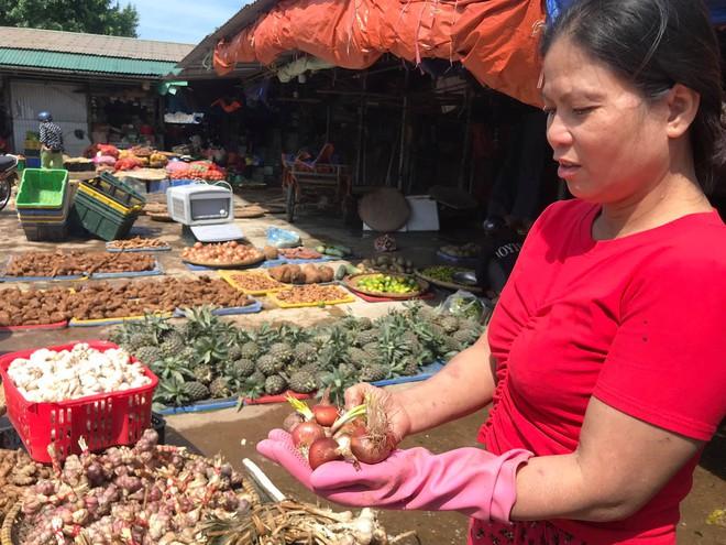 Sau lũ, tiểu thương chợ Hà Tĩnh mếu máo bới hàng hóa trong lớp bùn đất dày đặc - Ảnh 9.