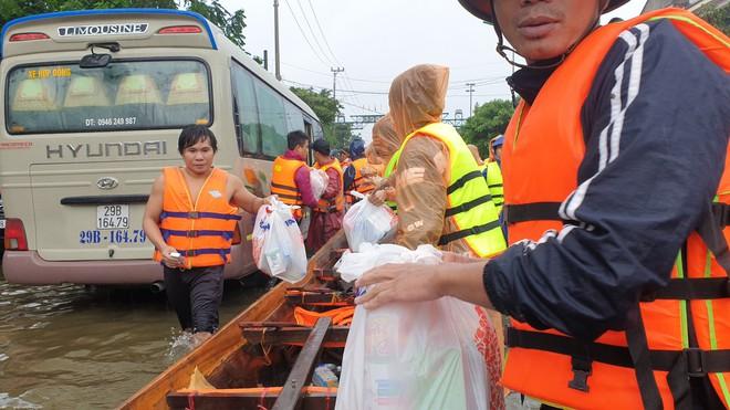 Nam thanh niên đi xuyên đêm vào Quảng Bình cứu trợ: Lần đầu tận mắt chứng kiến mới thấy lũ lụt kinh khủng quá! - Ảnh 3.