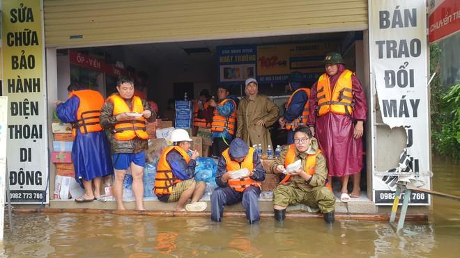 Nam thanh niên đi xuyên đêm vào Quảng Bình cứu trợ: Lần đầu tận mắt chứng kiến mới thấy lũ lụt kinh khủng quá! - Ảnh 2.