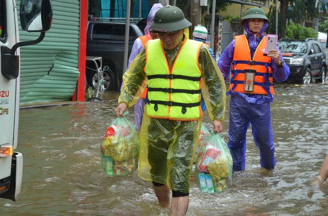 Người dân dầm mưa bên quốc lộ xin cứu trợ, giúp qua cơn đói ở Quảng Bình - Ảnh 10.