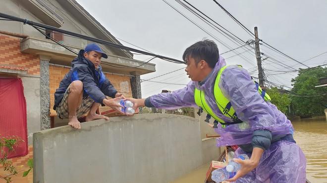 Nam thanh niên đi xuyên đêm vào Quảng Bình cứu trợ: Lần đầu tận mắt chứng kiến mới thấy lũ lụt kinh khủng quá! - Ảnh 1.