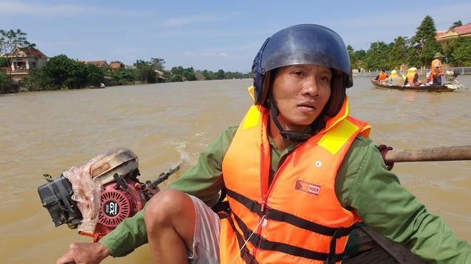 Nam thanh niên đi xuyên đêm vào Quảng Bình cứu trợ: Lần đầu tận mắt chứng kiến mới thấy lũ lụt kinh khủng quá! - Ảnh 6.