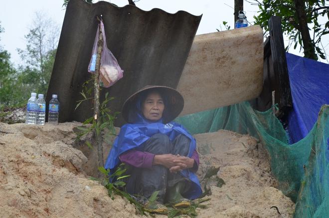 Người dân dầm mưa bên quốc lộ xin cứu trợ, giúp qua cơn đói ở Quảng Bình - Ảnh 7.