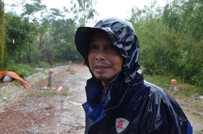 Người dân dầm mưa bên quốc lộ xin cứu trợ, giúp qua cơn đói ở Quảng Bình - Ảnh 6.