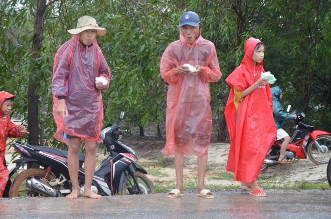 Người dân dầm mưa bên quốc lộ xin cứu trợ, giúp qua cơn đói ở Quảng Bình - Ảnh 3.