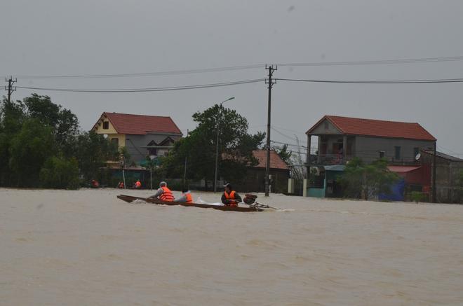 Người dân dầm mưa bên quốc lộ xin cứu trợ, giúp qua cơn đói ở Quảng Bình - Ảnh 12.