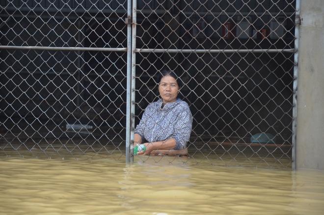 Người dân dầm mưa bên quốc lộ xin cứu trợ, giúp qua cơn đói ở Quảng Bình - Ảnh 15.